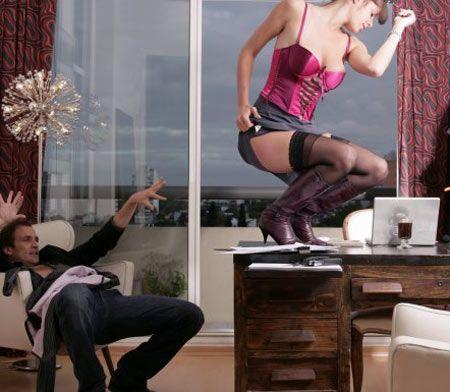 Kucak dansı yapın  Erkek arkadaşınızın önünde dans etmek cesaret ister ama bize güvenin. Kendinizi bir seks idolü gibi hissedeceksiniz. Yatak odasına geçtiğinizde, onu bir sandalyeye oturtun ve kıpırdamamasını söyleyin. Zaten tüm işi siz yapacaksınız.  Işıkları kısın ve seksi bir CD koyarak yavaşça onu baştan çıkaracak bir striptize başlayın. Amaç direkt olarak soyunmak yerine vücudunuzun görülmesi gereken bölgelerini ona göstererek erkek arkadaşınızı çıldırtmak. O yüzden kıyafetlerinizi yavaş yavaş çıkarın.